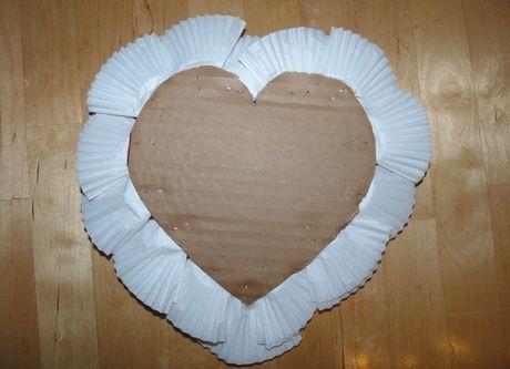68ed12f8b Srdce olemované košíčkami otočíme a na kartónové srdce nalepíme srdce z  červeného papiera. Prekryjeme tak nevkusné kovové spinky.
