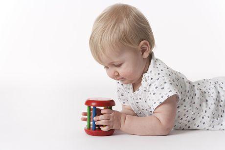 na brusku polohovanie novorodenec hračky