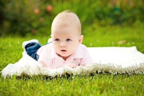 polohovanie bruško hry hračka babatko novorodenec