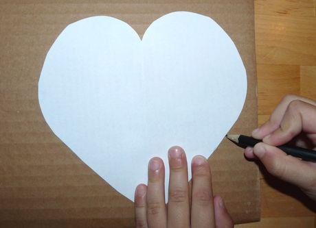 78605876b Papier preložte a vystrihnite len 1 polku srdca. Tá druhá bude zaručene  rovnaká. Podľa vytvorenej makety si vystrihneme srdiečko aj z červeného  papiera.