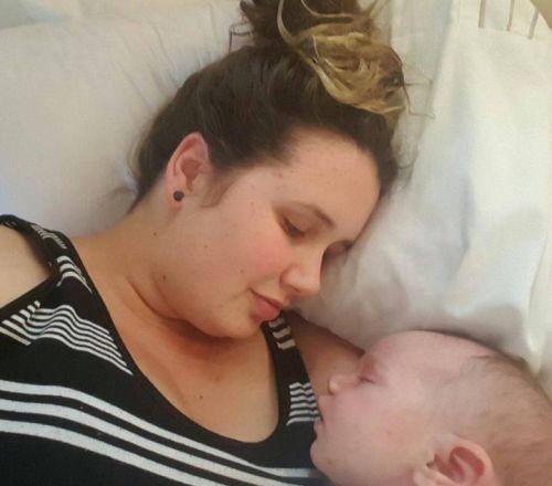 Frajerka mama kojí bábätko aj po autonehode