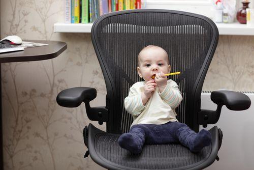 Načo chodíte s deckom na úrad? Aby ste sa predbehli?