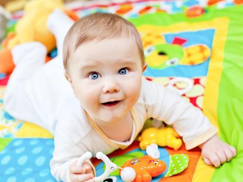 7688d948d ... aby sa dieťaťu poskytovali zrakové a sluchové podnety. Už od 2. mesiaca  života sa majú zavesiť nad postieľku dojčaťa a často aj meniť farebné  hračky.