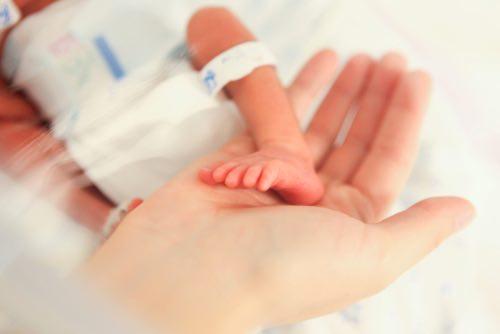 Dotknúť sa svojho bábätka smú až po niekoľkých dňoch, či týždňoch