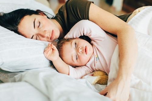 Dilema mamičiek - nechať dieťa spávať vo vašej posteli?