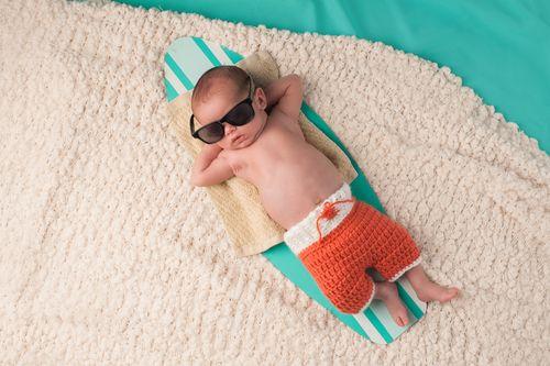 Ako obliecť bábätko v lete, aby sa neprehrialo