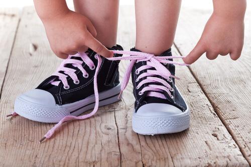 Prečo je pre dieťa dôležité vedieť si zaviazať šnúrky na topánkach