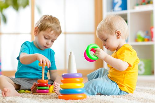 Ako sa hrať s dvomi malými deťmi rôzneho veku