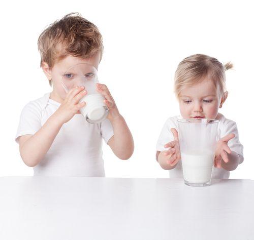 Poradenstvo mamičkám ako zvyknúť dieťa na kravské mlieko