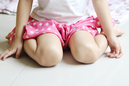 """Odnaučte svoje dieťa sedieť """"medzi pätami"""" (do písmena W)"""
