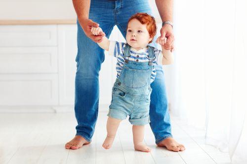 Pediater radí: Je správne pomáhať dieťatku učiť sa chodiť?