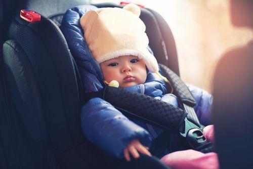 Neobliekajte dieťaťu hrubú bundu do autosedačky