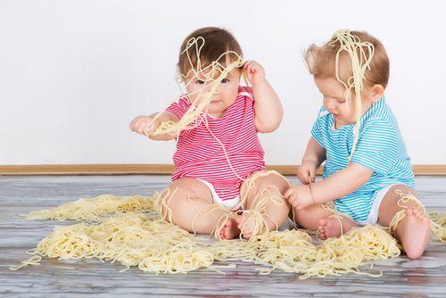 20 domácich prác, ktoré reálne môžete očakávať od 2-3-ročných detí