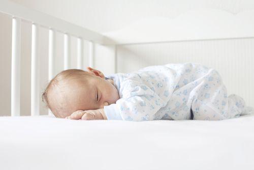 Je naozaj zlé, keď dieťa spí na brušku?