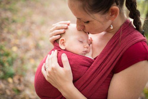 Celodenné nosenie detí nie je pre ich motorický vývin prospešné