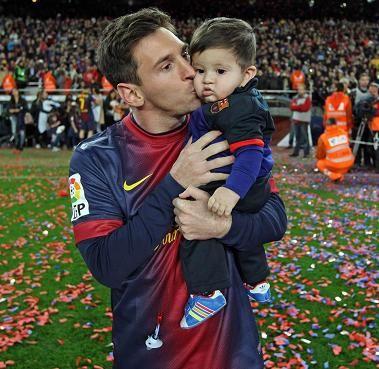 Futbalista Lionel Messi venuje prvé narodeniny svojho syna najviac ohrozeným deťom sveta