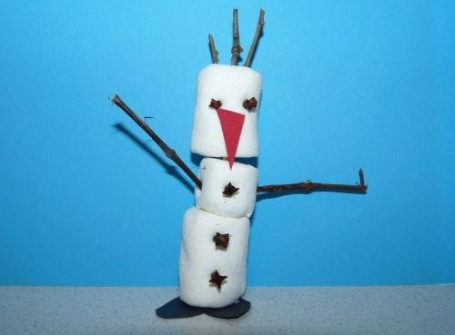 Snehuliak Olaf z penových cukríkov
