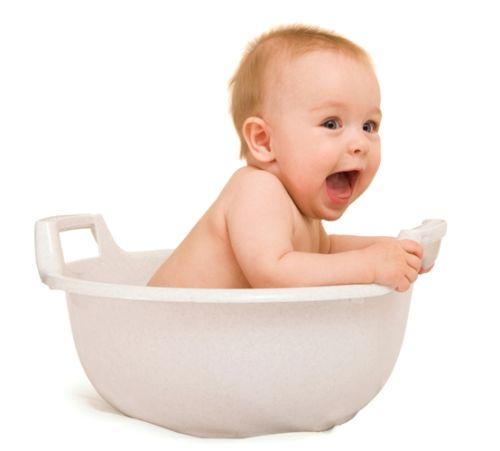 Kúpanie bábätka vo vedierku (+ video)