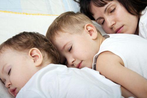 Naučiť dieťa zaspávať samé?